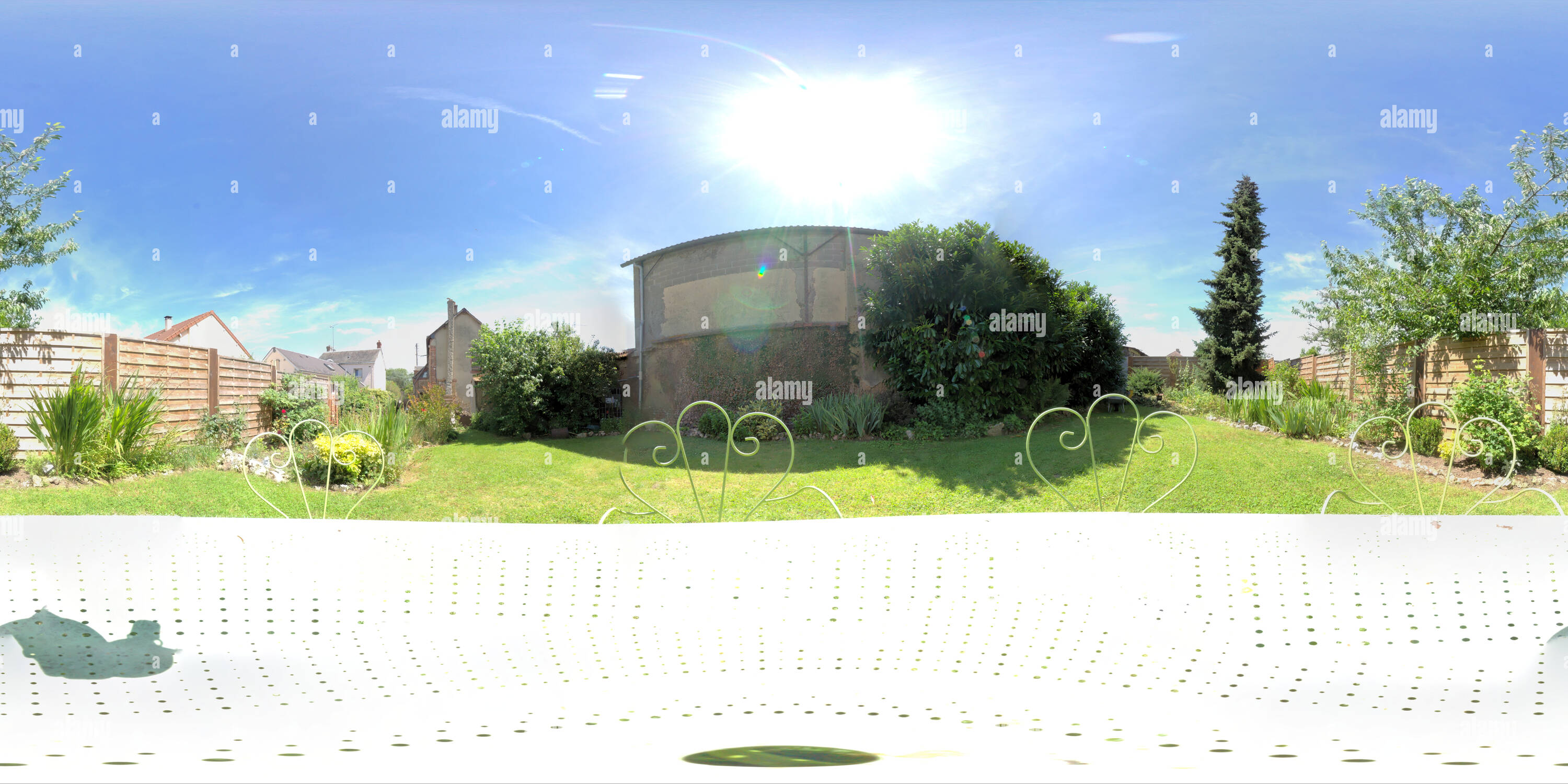 360 View of ma petite table de jardin 219630267 - Alamy