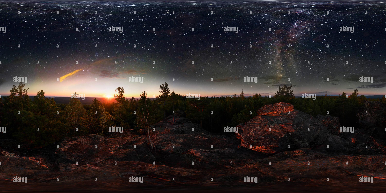 Vista panorámica en 360 grados de Amanecer en el bosque bajo el cielo estrellado de una vía láctea. Vr panorama esférico de 360 grados.