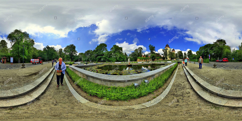 Vista panorámica en 360 grados de En el camino hacia el castillo de Ksiaz