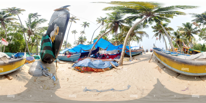 Mantenimiento de redes de pesca en la costa de Kerala Imagen De Stock