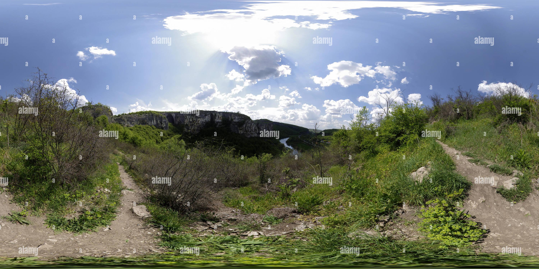 Iskar contaminan el río cerca de la cueva de ojos de los dioses en la primavera, Bulgaria Imagen De Stock