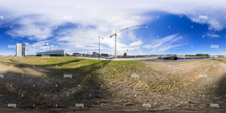 Grúa de construcción a lo largo de paseo en Toppilansalmi, Oulu, Finlandia Imagen De Stock