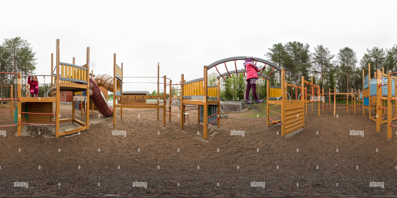 Hay un playground en Talvikkipuisto, Oulu, Finlandia Imagen De Stock