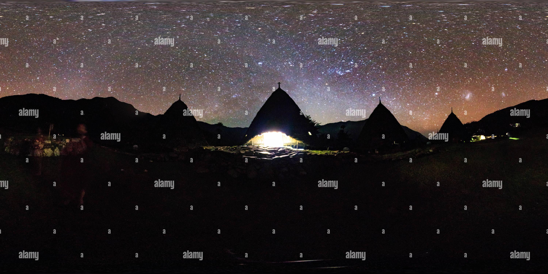 El tradicional pueblo de Wae Rebo en la isla de Flores de noche Imagen De Stock