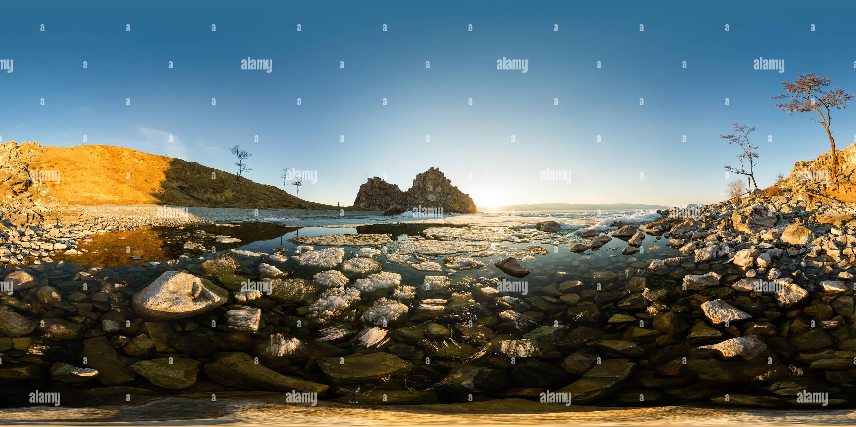 La fusión del hielo del lago Baikal cerca del Cape shamanka panorama esférico de 180 grados 360 Imagen De Stock