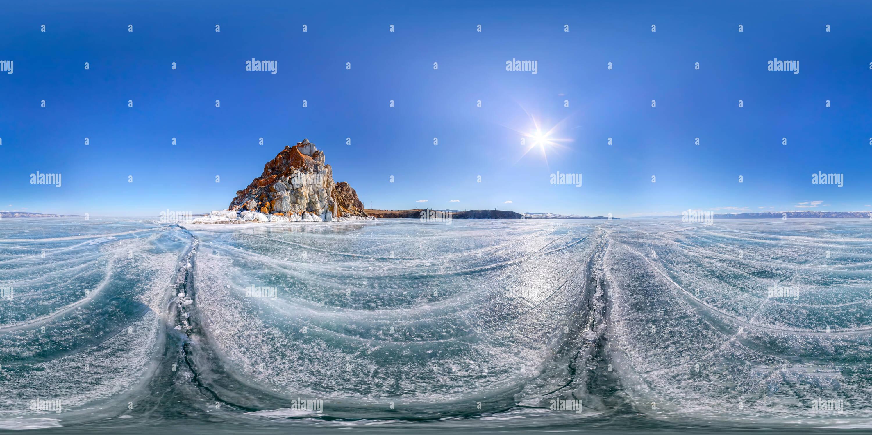 Roca de chamán o Cape Burhan en Isla Olkhon en invierno, rodeado por el hielo azul del lago Baikal con grietas Imagen De Stock