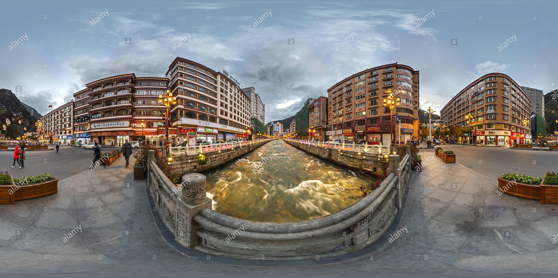Kangding Río Zheduo(康定市中心折多河), Ganzi, Sichuan, CN. Imagen De Stock