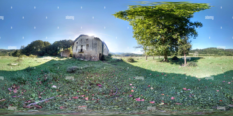 Antiguo caserio en la rivera del rio Oria. Imagen De Stock