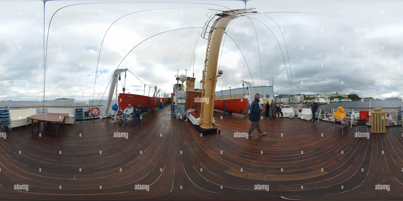 Cubierta del barco Hurtigruten MS Nordstjernen en el muelle de Ålesund Imagen De Stock