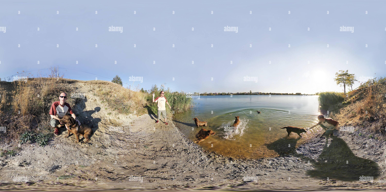 Nadar en el lago. Imagen De Stock