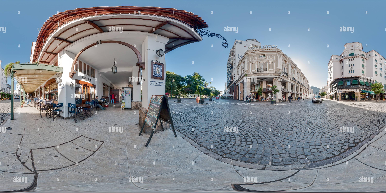 A un paso de la plaza, Salta, Argentina. Imagen De Stock
