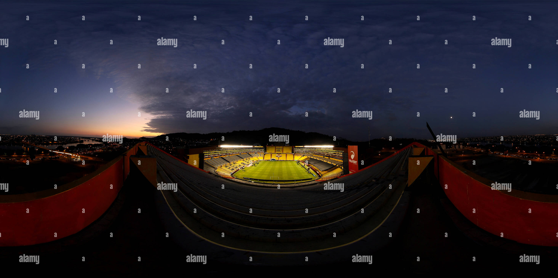 Anochece en Guayaquil - Vista del Estadio de Barcelona y la ciudad Imagen De Stock