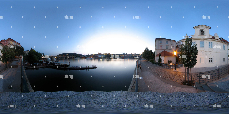 Vue panoramique à 360° de Le pont Charles à Prague la nuit