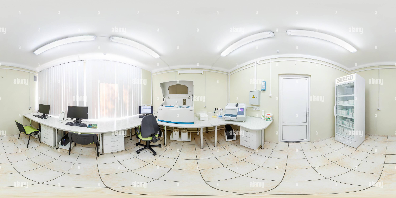 Minsk, Bélarus - avril 2, 2017: 360 panorama dans l'intérieur de l'intérieur de la recherche moderne en laboratoire médical. Vue 360° panorama transparente je Photo Stock