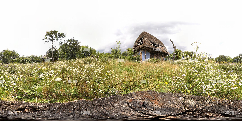 Vieille maison abandonnée et la souche d'arbre Photo Stock