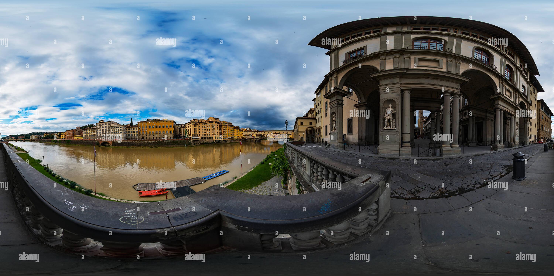 Firenze - Vista del Ponte Vecchio dal fiume Arno vicino alla Galleria degli Uffizi Immagini Stock