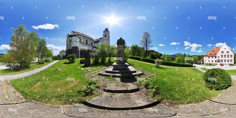 Bayerisch Eisenstein - Kriegerdenkmal u Kirche Immagini Stock